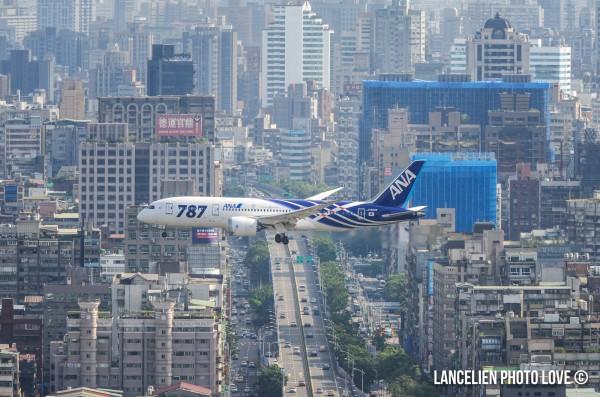 位在劍潭山半山腰的觀景平台,雖距離機場較遠,但只要使用焦段較長的鏡頭,就可以拍攝到飛機穿梭於城市間的特殊景象。(LANCELIEN PHOTO LOVE提供)