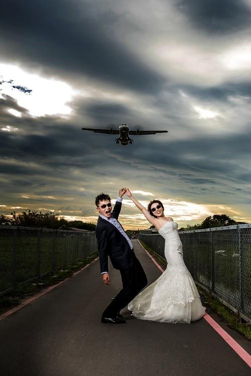 濱江街的飛機巷不只是許多人心中的賞機聖地,更是不少情侶約會,或者新人拍婚紗照的景點。(沈昱嘉提供)