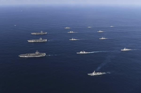 中國軍方指美軍重軍進入太平洋,可能刺激北韓。圖為11月12日,3艘美國核動力航母當日進入朝鮮半島東部海域參與韓美聯合軍演。(美聯)
