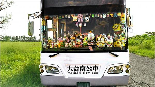 府城汽車客運駕駛長孫銘呈,因在公車內放滿娃娃,被乘客戲稱是娃娃公車。 (孫銘呈提供)