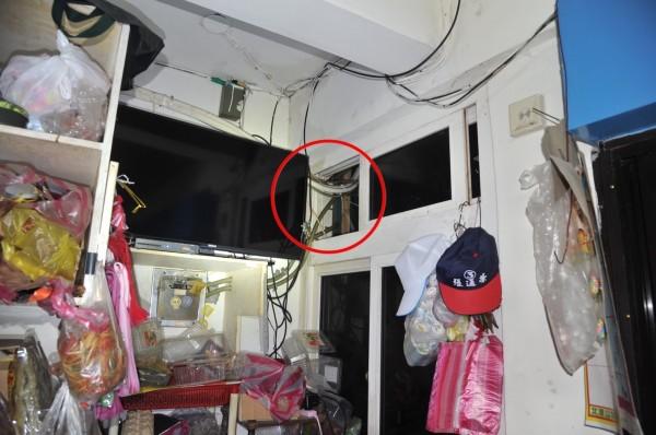 王姓、陳姓竊盜2人組破壞冷氣管線孔,進屋行竊。(記者吳昇儒翻攝)