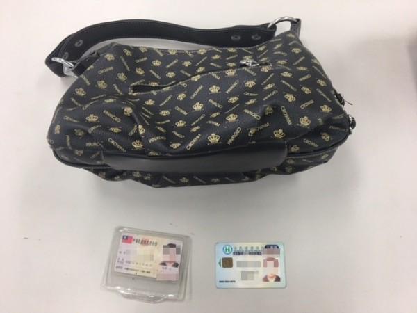 婦人遭搶的包包內只裝有健保卡、身分證。(記者曾健銘翻攝)
