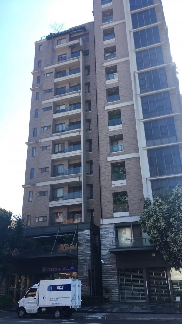 印尼女看護從大樓11樓墜落2樓露台,當場傷重身亡。(記者許國楨翻攝)