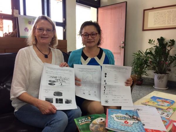 香港城市大學英語系系主任Diane Pecorari(左)訪視西門實小雙語自然課,稱讚西門實小的中英雙語自然科試卷設計很棒。(記者洪瑞琴翻攝)