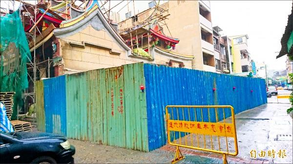 廟方工程加設圍籬,避免外人誤闖「禁地」。(記者洪瑞琴攝)