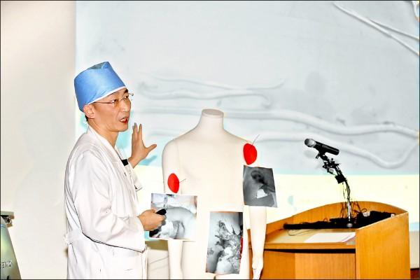 主治脫北士兵的南韓外科醫師李國宗。(路透)