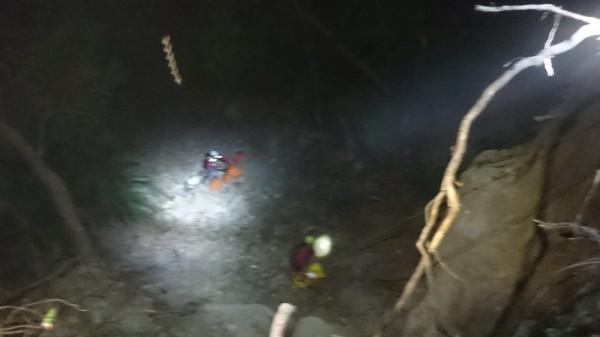 蔡婦為巡自家菜園,跌落30公尺深的深谷,救難人員垂降救人。(記者王秀亭翻攝)
