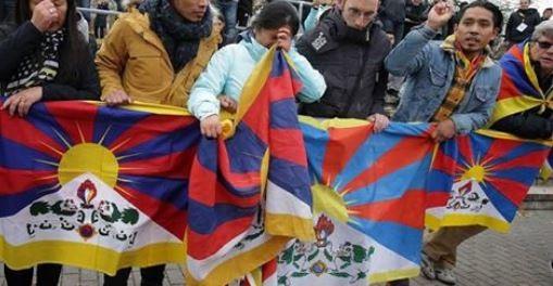 中國U20國家隊前往德國踢友誼賽,有觀眾在場上揮舞西藏的「雪山獅子旗」,中國球員見狀一度離場抗議,中國隊最後則以0:3慘輸敗。(圖擷自臉書)