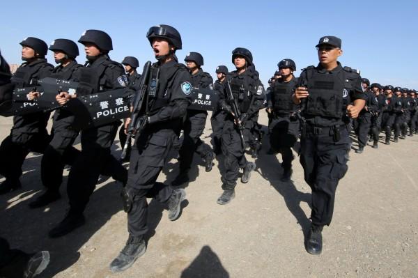 一名年約80歲的穆斯林婦女,因為拒絕公安入屋搜查,隨後便被中國國內安全保衛人員上銬帶走,從此失蹤。圖為在新疆進行反恐訓練的武警。(路透)