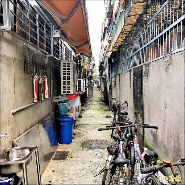 防火巷常被民眾堆疊雜物、自行車,柯市府擬定「台北市建築物防火巷防火間隔管理自治條例草案」,待議會通過就將施行。(記者郭安家攝)