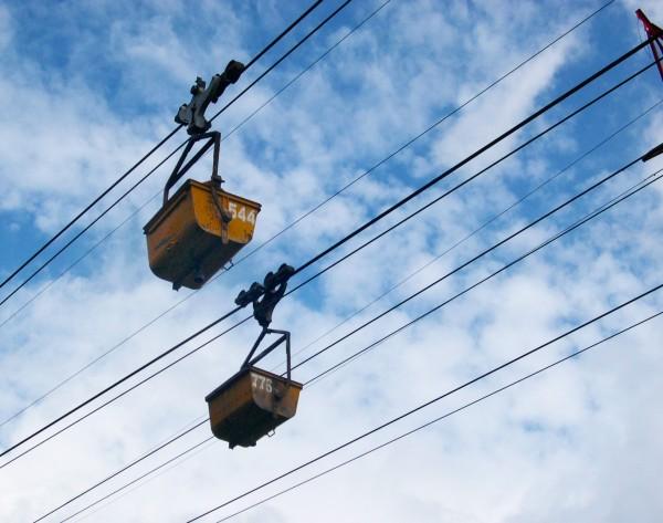 新竹縣政府文化局行銷「浪漫台三線」,推出礦業輕旅行活動。圖為省道台三線橫山段上空的運礦纜車。(新竹縣政府文化局提供)