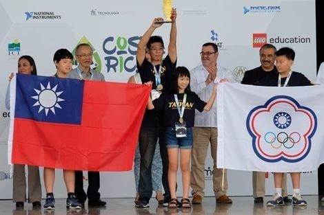 張承翰(左)與林亮君(右)榮獲2017年世界機器人大賽足球組冠軍。(中科實驗中學提供)