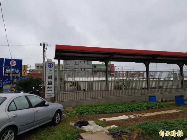 新竹縣竹東鎮光明路拓寬工程在內灣支線上員平交道前卡關,將無法如期在本月底完工。(記者蔡孟尚攝)