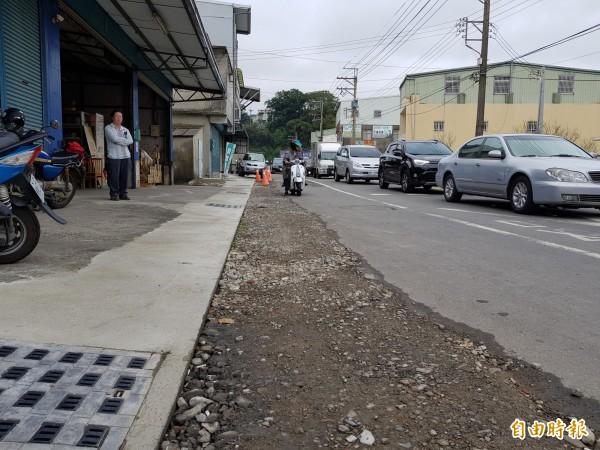 新竹縣竹東鎮光明路拓寬工程除了在內灣支線上員平交道前後10公尺路段外,其他部分早已完成。(記者蔡孟尚攝)