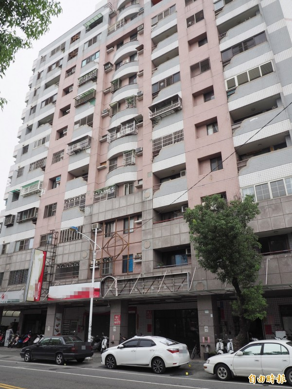 許男和裴女是從白車上方11樓陽台落下。(記者陳鳳麗攝)