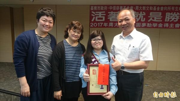 王嘉鳳(右2)抗癌近14年,媽媽蔡雅惠(左2)4年前也罹癌,母女常一同分享生命故事。(記者劉婉君攝)