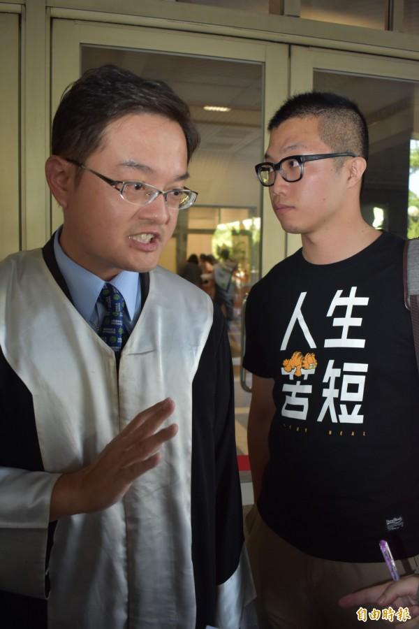殉職警察蘇憲丕之子(圖右),委託律師徐承蔭(圖左)發表聲明指出,「若父親的犧牲,能喚起制度上的改變,這樣我父親的犧牲也就值得了」。(記者張瑞楨攝)