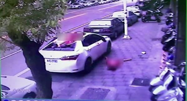 裴女墜落不到6秒許男也墜落到白車的車頂身亡。(民眾提供)