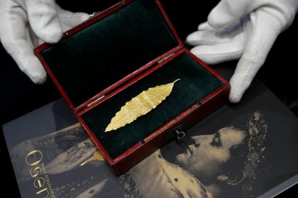 拿破崙加冕前摘下的金葉,在法國以台幣2200萬的價格賣出。(路透)