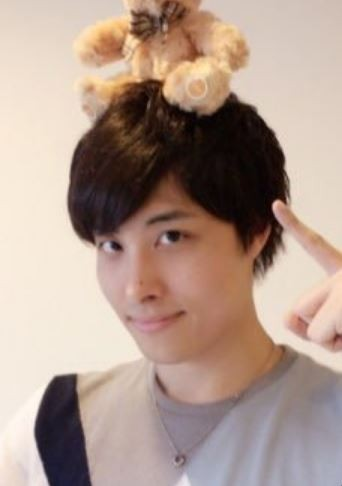 日本新人男聲優外崎友亮,在公開場合問知名女聲優日高里菜「我很喜歡妳,等我走紅之後能和我來一砲嗎?」。(圖擷自推特)