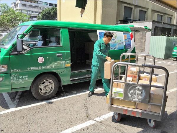 一例一休上路,中華郵政因週六停辦限時郵件與包裹投遞業務,人力缺口不增反減,去年錄取一千多人,至今超過一年仍未傳用完畢,今年確定不招考。(中華郵政提供)