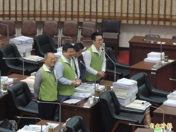 市議員簡煥宗(左二)今質詢市議員邱俊憲(右一)何時生小孩?邱俊憲答詢明年底(記者王榮祥攝)
