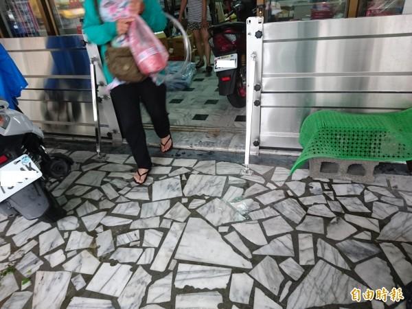 安中路段易淹水地區,許多店家住戶門口自設「防水閘」。(記者洪瑞琴攝)