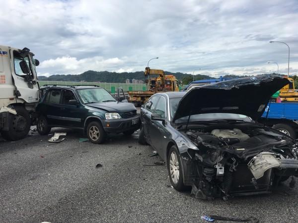 國道三號南下30.1公里處,發生6車追撞意外,目前開放外側車道通行。(記者陳薏云翻攝)