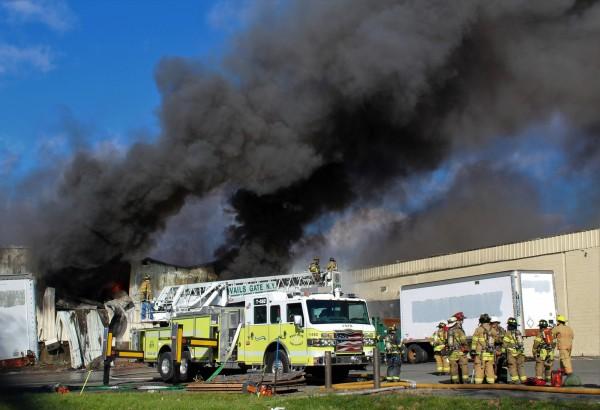 美國紐約北部郊區的一間化妝品工廠於當地時間週一(20)上午發生兩度爆炸事件,濃厚黑煙直從工廠屋頂竄出。(美聯社)