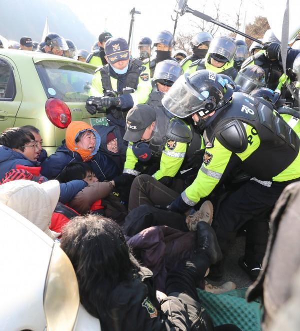 南韓在慶尚北道星州基地部署「戰區高空防禦系統」薩德,今日在基地附近發生警民衝突,警方在強制驅離時傳出造成20餘人受傷,這也是當地今年第3起類似事故。(歐新社)