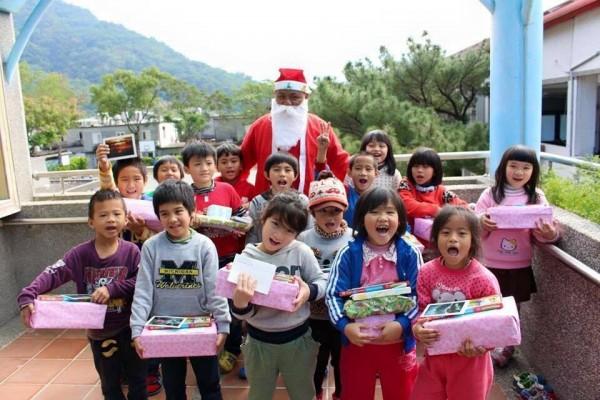 舊鞋盒心禮物,為偏鄉兒童募集耶誕禮物。(圖由愛加倍提供)
