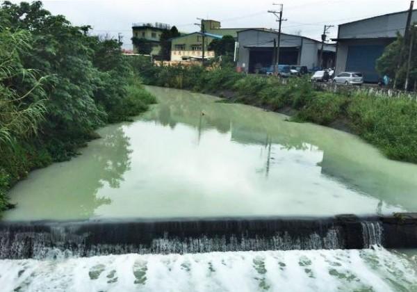 平鎮區老街溪被民眾發現溪水呈乳白色,猶如「牛奶河」。(取材自歐陽霆臉書)