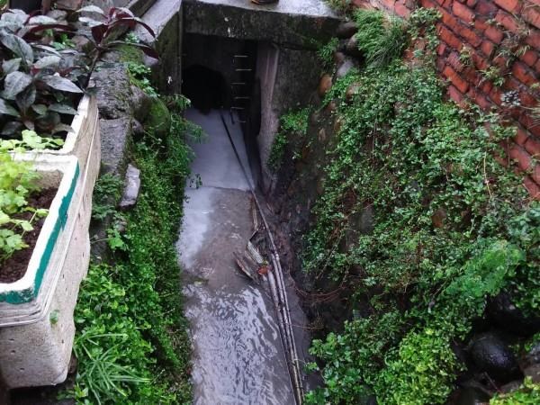 桃園市政府環保局人員追查到老街溪變「牛奶河」的污染來源。(桃園市政府提供)