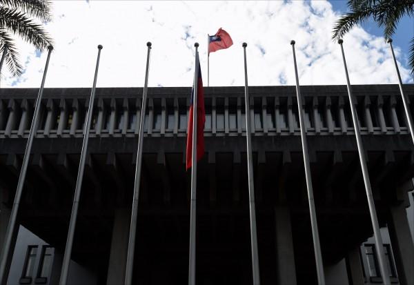 我國駐外館處今年度因斷交事件與裁併規劃,減少六個大使館、代表處與辦事處。圖為外交部大門國旗。(資料照)