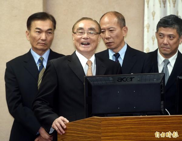 面對國民黨立委曾銘宗的飆罵,馮世寬仰天大笑四聲回擊!(記者方賓照攝)