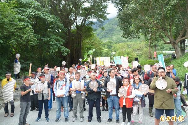 環保團體和反亞泥還我土地自救會成員一早就在亞泥專用道路前「封路抗議」,高喊要求政府加速礦業改革及《礦業法》修法。(記者王峻祺攝)
