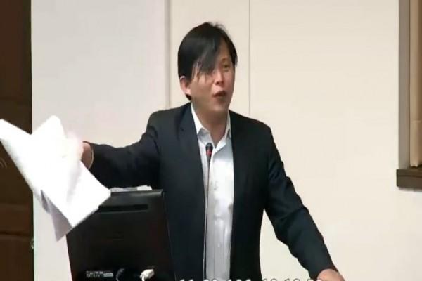 時代力量立委黃國昌發言時非常激動。(取自立法院議事直播)