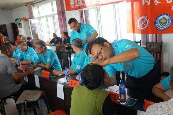 亞大附醫前往中國蒙古義診,還傳醫療技術,要讓當地人獲更好的醫護照護。(記者蘇金鳳翻攝)