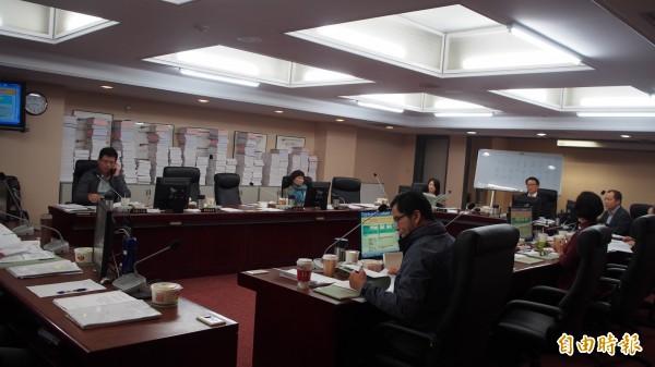 台北市議會教育委員會審查體育局106年度追加預算、107年度預算。(記者蔡亞樺攝)