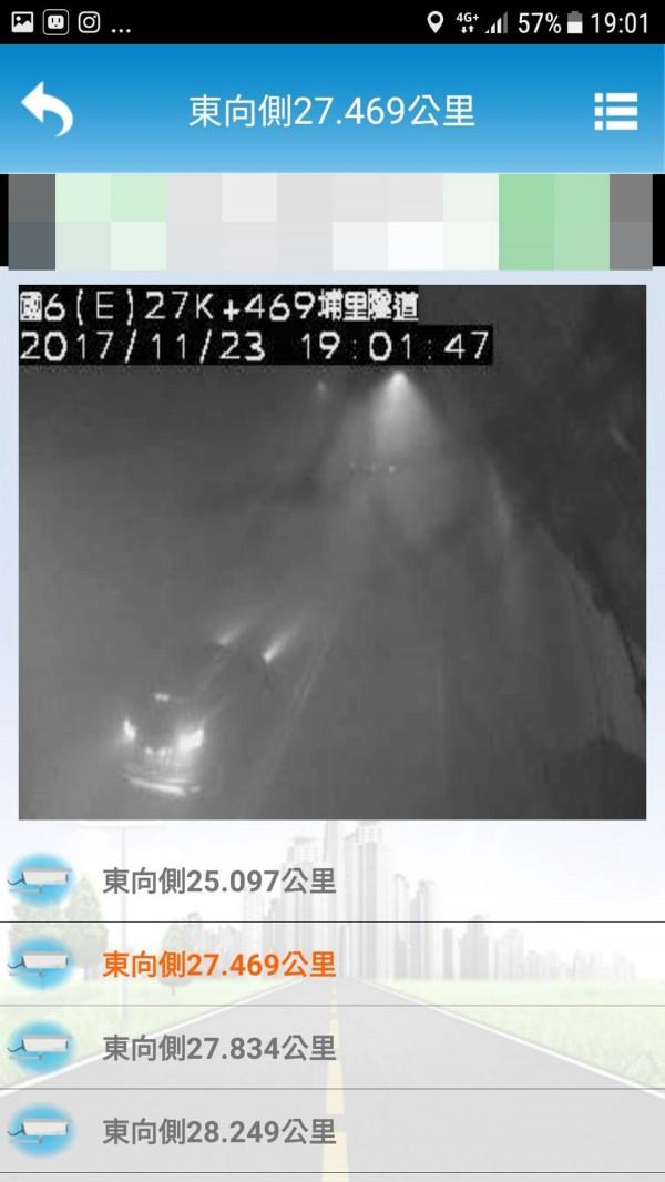火燒車造成國6埔里隧道內一度煙霧瀰漫。(圖擷自國道路況監視系統)