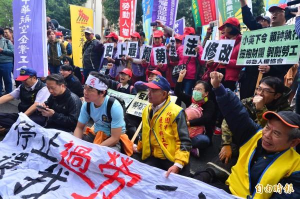 立法院開始聯席逐條審查勞基法修正草案,勞團、工會在立法院外抗議,表達對於修法的強烈不滿。(記者王藝菘攝)