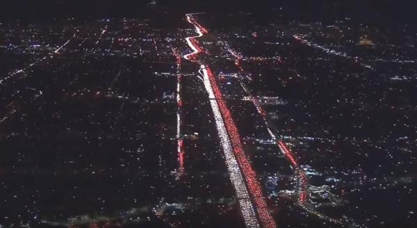 公路上滿滿都是車,相當壯觀。(圖取自YouTube)