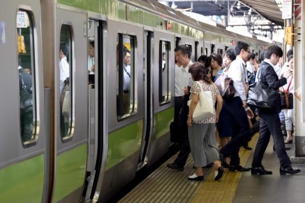 JR列車駕駛員因為眼鏡掉落在鐵軌上,意外導致列車停駛兩小時,影響1萬1000名旅客通勤。圖為示意圖。(法新社)