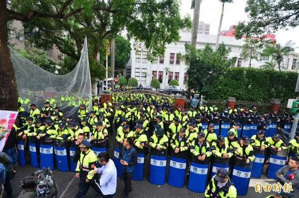 立法院開始聯席逐條審查勞基法修正草案,勞團、工會在立法院外抗議,表達對於修法的強烈不滿,警方出動大批警力層層圍住立法院周圍。(記者王藝菘攝)