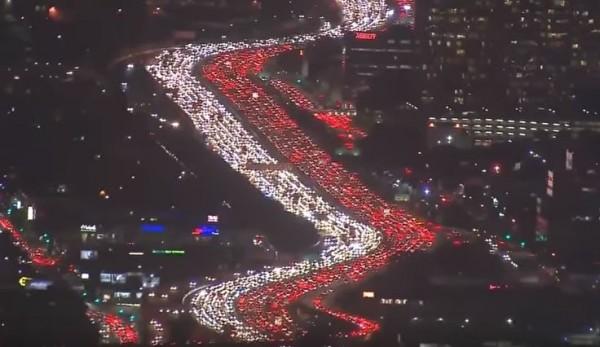 照片中可以看到洛杉磯公路呈現紅燈和白燈的車龍。(圖取自YouTube)