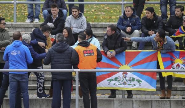 不滿觀眾席上飄揚著西藏「雪山獅子旗」,有中國球迷憤而動手搶旗拉扯。(歐新社)