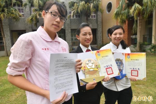 徐璽荃(左1)的二戰末期故事,獲全國高中職奇幻文學獎二獎肯定。(記者蔡宗憲攝)