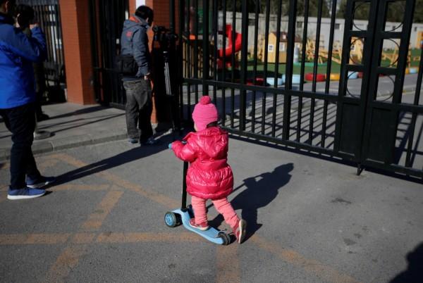 中國知名連鎖幼兒園「紅黃藍教育機構」,在北京的托兒所至少有8名兒童疑似被注射不明藥物,還有可能經歷過性虐待。(路透)