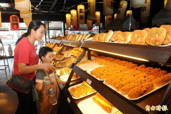 以均一低價麵包聞名的連鎖店「淺草麵包」驚傳積欠上千萬貨款,業者坦承確實有財務問題,現在已經更換經營團隊,會慢慢還清欠款。(資料照,記者張忠義攝)
