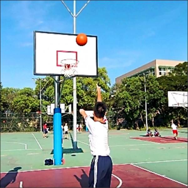 新竹市培英國中肢障生小容在校方鼓勵下熱愛運動,經常在籃球場上和同學「尬球技」。 (記者王駿杰翻攝)